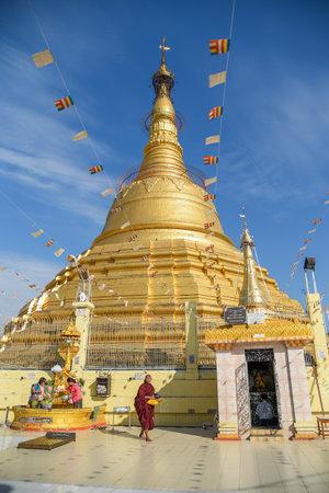 YANGON, MYANMAR - DECEMBER 16, 2016: Botataungpagode, één van beroemde gouden pagode dichtbij Nat Bo Bo Gyi (de naam van beschermergeest) in Yangon, Myanmar.