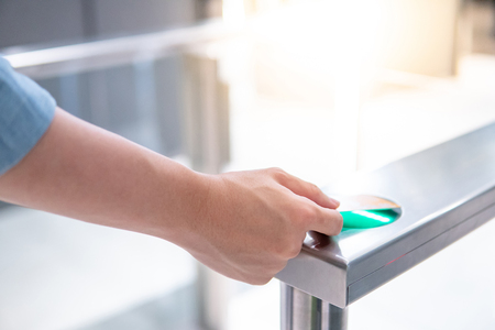 Male hand using smart card to open automatic gate machine in office building Banque d'images - 122381830