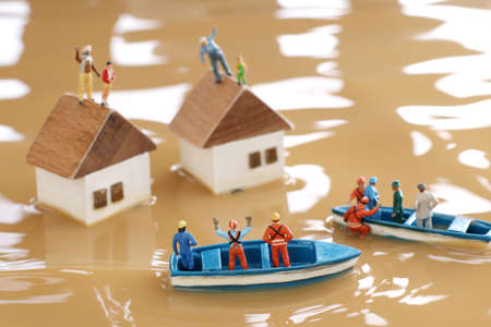 Diorama of rescuers heading to rescue by boat with people unable to evacuate because of flood damage Banque d'images