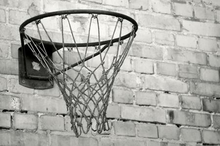 Old basketball hoop in black and white Standard-Bild - 117492811