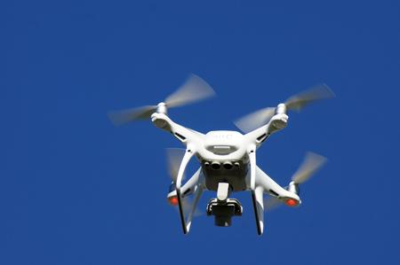 Drone está volando en el cielo