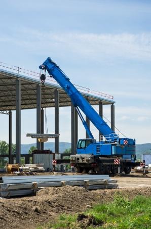 camion grua: emplazamiento de la obra con el azul de grúas móviles