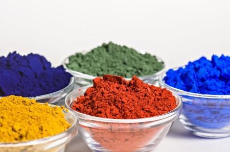 polvos: pigmentos de color en recipientes de vidrio Foto de archivo