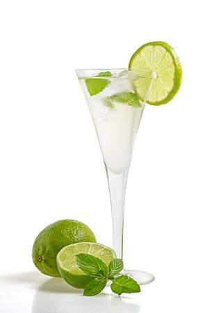 sektglas: Drink mit Limetten und Minze in einem Glas Champagner Lizenzfreie Bilder
