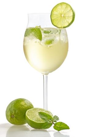 cocktail fruit: Bebida con lima y menta en un vaso de vino