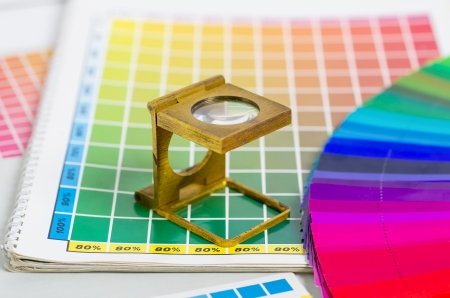 imprenta: guía de color y ventilador de color con ropa de probador Foto de archivo