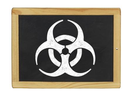 riesgo biologico: símbolo de riesgo biológico en una pizarra