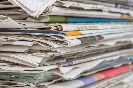 reciclaje papel: pila de periódicos Foto de archivo