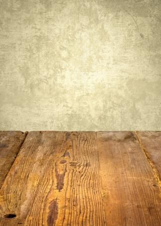 decoracion mesas: antigua mesa de madera delante de la pared resistido