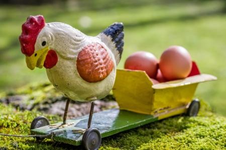 pull toy: Gallo Antique cartón piedra en un carro con huevos