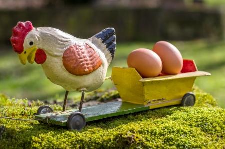 pull toy: Antique gallo papel maché en una cesta con huevos