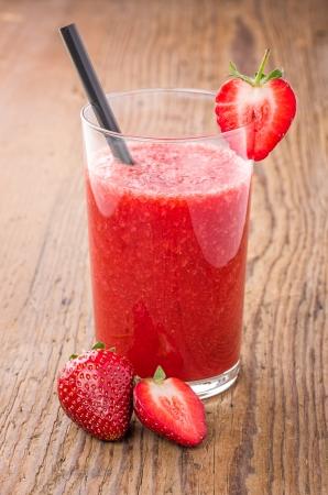 erdbeer smoothie: Erdbeer-Smoothie auf einem Holztisch Lizenzfreie Bilder