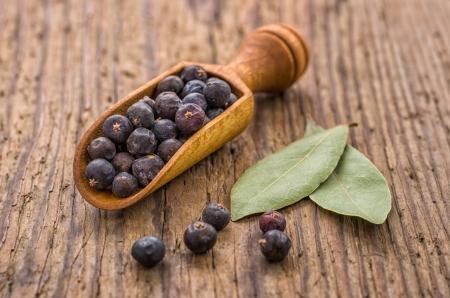 enebro: Cuchara especia con bayas de enebro y hojas de laurel