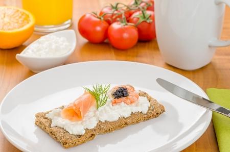 crispbread: Pane croccante con salmone e gamberi su un tavolo per la colazione Archivio Fotografico