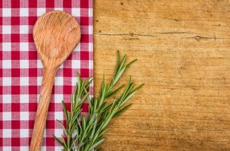 市松模様のテーブル クロス、木のスプーンで素朴な木製の背景 写真素材
