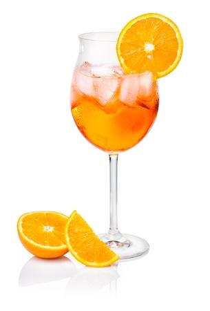 오렌지 조각으로 장식 된 와인 유리 Aperol 분출 스톡 콘텐츠