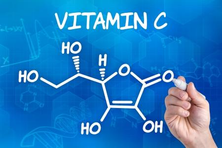 hand met pen tekenen van de chemische formule van acetylsalicylzuur vitamine c Stockfoto