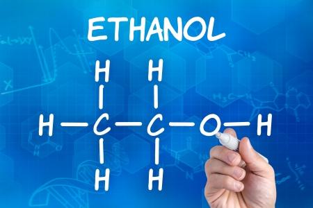 mano con lápiz el dibujo de la fórmula química del etanol