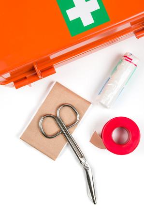first aid kit: Botiqu�n de primeros auxilios con el material de vendaje