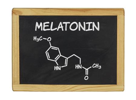 fórmula química de la melatonina en una pizarra