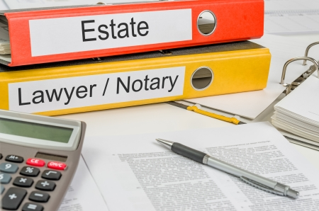 Ordner mit der Bezeichnung Estate und Rechtsanwalt