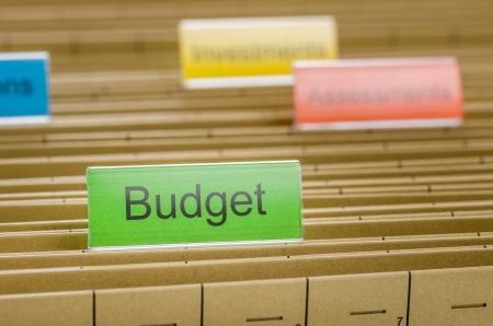 gestion documental: Colgando carpeta de archivos etiquetados con Presupuesto Foto de archivo