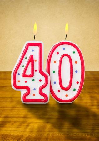 meses del a  ±o: La quema de velas en su cumpleaños número 40