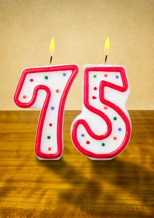 candeline compleanno: Masterizzazione di candele di compleanno numero 75