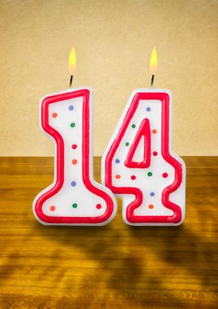 14: La quema de velas en su cumplea�os n�mero 14