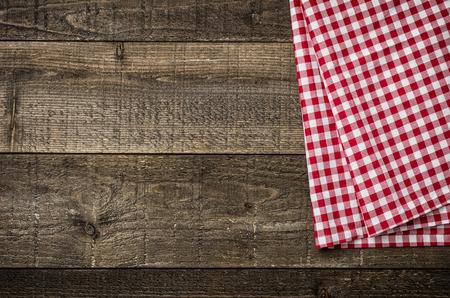 赤の市松模様のテーブル クロスと素朴な木製ボード