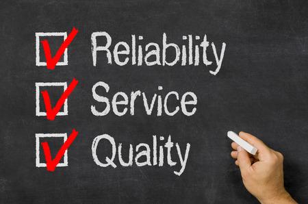 Pizarra con una lista de control de confiabilidad, servicio y calidad