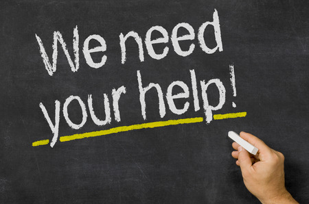 aide à la personne: Blackboard avec le texte Nous avons besoin de votre aide Banque d'images