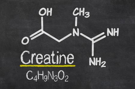 크레아틴의 화학 공식을 가진 칠판