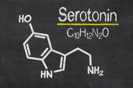 felicidad: Pizarra con la fórmula química de la serotonina Foto de archivo