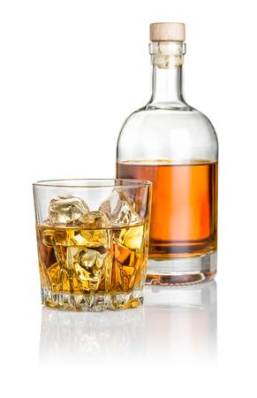 botella de whisky: Whisky en las rocas con una botella Foto de archivo