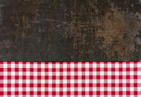 Antieke bakplaat met een rood geruit tafelkleed