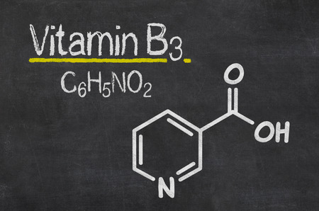Blackboard with the chemical formula of Vitamin B3 Banque d'images