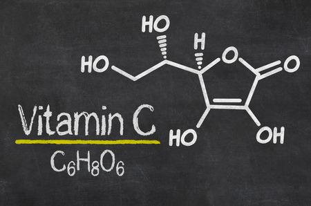 Blackboard met de chemische formule van vitamine C