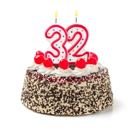 torta con candeline: Torta di compleanno con candela che brucia numero 32