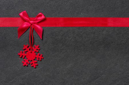ruban noir: conseil d'ardoise avec un flocon de neige en feutre