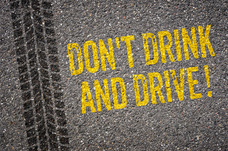 tomando alcohol: Carril con el texto Dont beber y conducir Foto de archivo