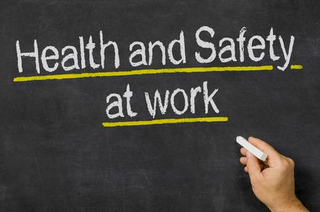protective helmets: Lavagna con il testo salute e la sicurezza sul luogo di lavoro