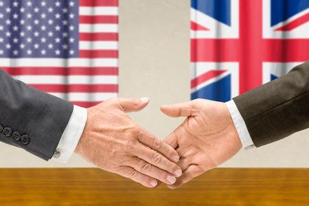 england politics: Representatives of the USA and the UK  shake hands Stock Photo