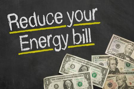 お金 - 黒板上のテキストがあなたのエネルギー法案を減らす 写真素材