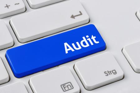 auditoría: Un teclado con un botón azul - Auditoría Foto de archivo