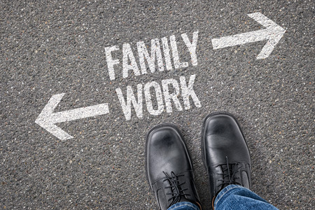 union familiar: Decisión en una encrucijada - Familia o Trabajo Foto de archivo