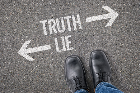 Decision at a crossroad - Truth or Lie Imagens - 38365839