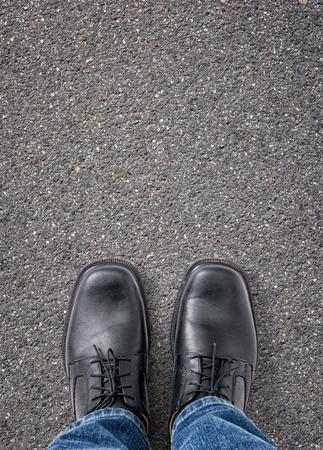 pies: Hombre de pie en la calle, con copia espacio