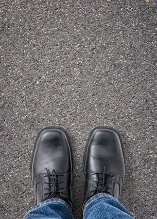 terreno: L'uomo in piedi sulla strada con lo spazio della copia Archivio Fotografico