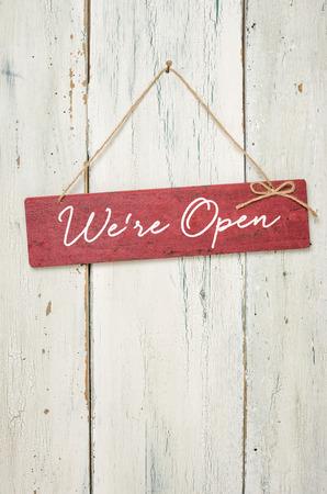 Red znaménko před bílé dřevěné stěny - Jsme otevřeni